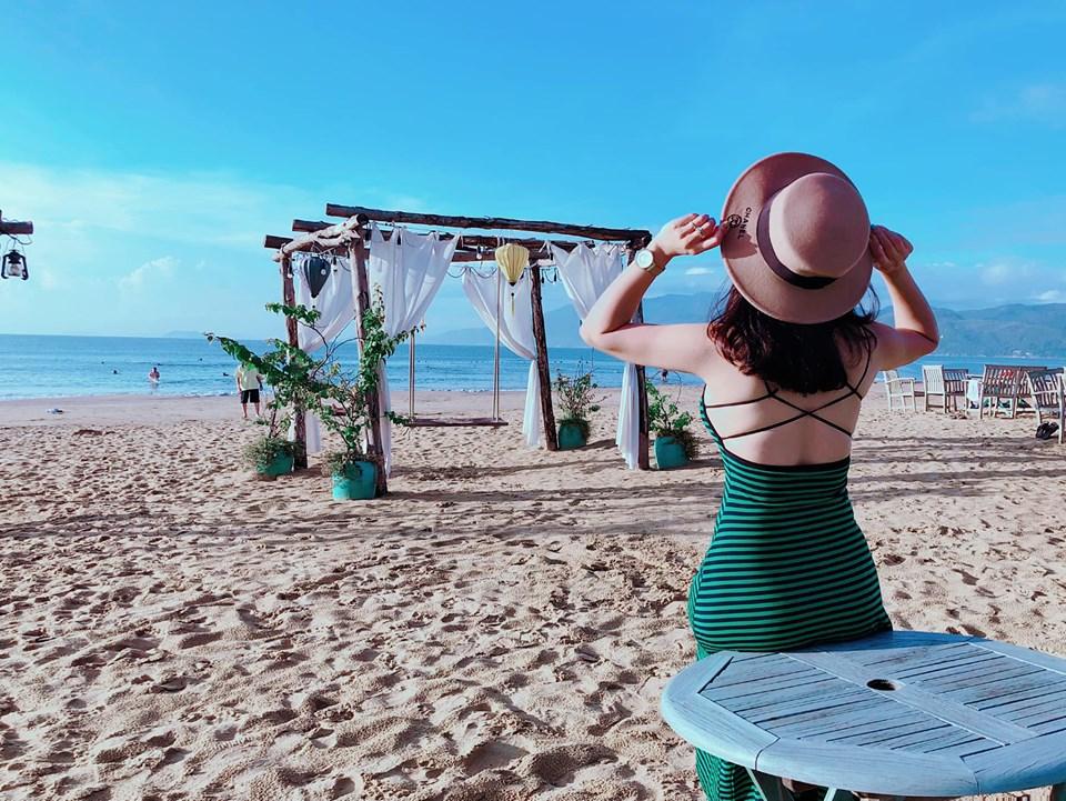 Surf bar Quy Nhon locates right on the beach